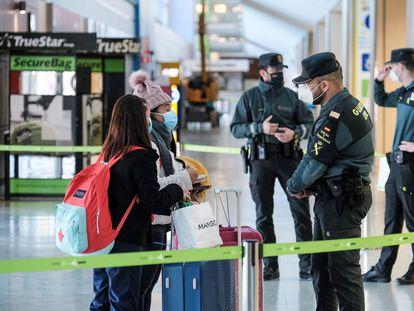 Agentes de la Guardia Civil, en un control de pasajeros en el aeropuerto de Ibiza este sábado.