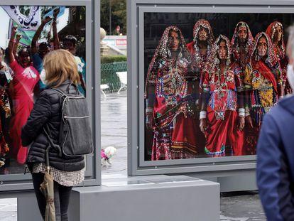 """Unas personas contemplan algunas de las fotografías de la exposición """"Tierra de sueños. Cristina García Rodero"""" en San Sebastián, el 13 de octubre de 2020."""