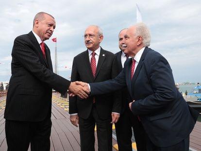 El presidente turco, Recep Tayyip Erdogan, estrecha la mano de Dogu Perinçek, del Partido de la Patria, ante Kemal Kilicdaroglu, líder del Partido Republicano del Pueblo, en mayo de 2019.
