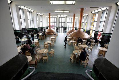 El <i>hall</i> y el bar restaurante del Wiels, centro de arte contemporáneo de Bruselas.