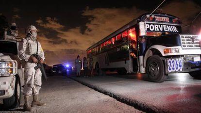 Un soldado vigila el sitio donde nueve personas fueron acribilladas en Ciudad Juárez.
