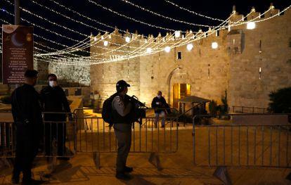 Policías israelíes ante la puerta de Damasco de Jerusalén, engalanada para el Ramadán.