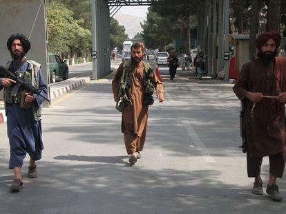 Milicianos talibanes en el aeropuerto de Kabul, el martes.