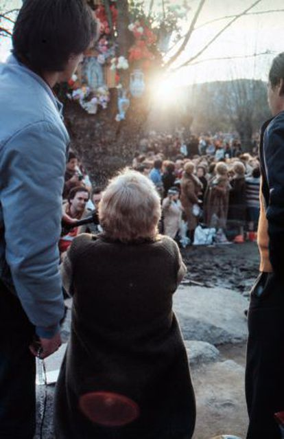 Luz Amparo reza frente al fresno donde sus seguidores creen que se le apareció la Virgen.
