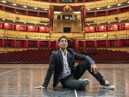 El bailarín cubano Carlos Acosta posa encima del escenario del Teatro Real en Madrid.