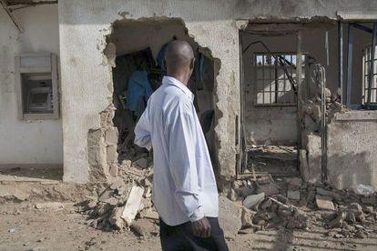 Un hombre observa las consecuencias de un ataque islamista en Saminaka, en el Estado de Kaduna, el 28 de septiembre.