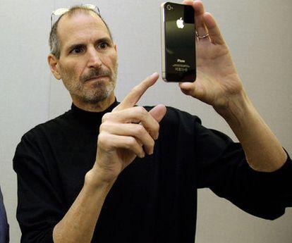 Steve Jobs muestra un iPhone 4.