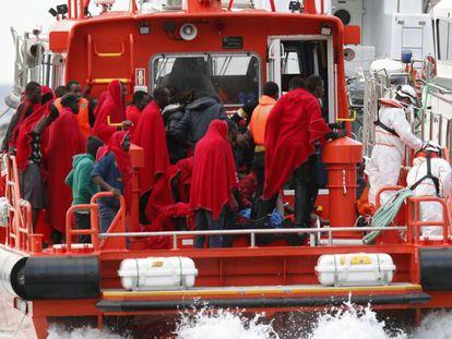 Un grupo de inmigrantes llega al puerto de Almería, el pasado junio.
