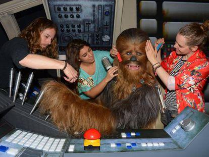 Chewbacca poniéndose guapo para el Día del Orgullo Friki.