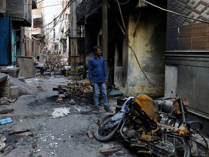 Comercios musulmanes destrozados durante los disturbios de Nueva Delhi.
