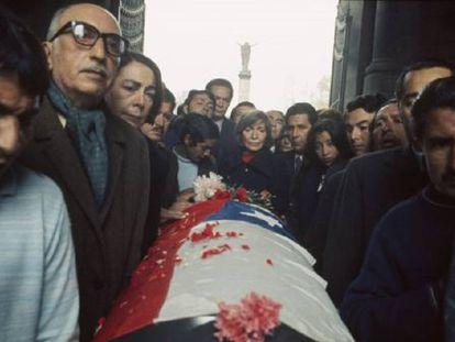 Funeral de Neruda, en Santiago de Chile en 1973. En el centro, la viuda del poeta.
