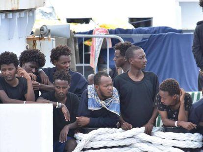 Inmigrantes a bordo del 'Diciotti', a la espera para desembarcar en el puerto de Catania, Italia.