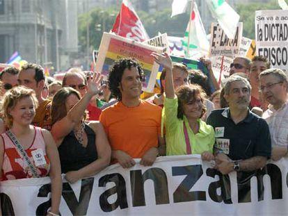 Los políticos Leire Pajín, Trinidad Jiménez, Pedro Zerolo, Carmen Calvo, Gaspar Llamazares y José Blanco sujetan la pancarta de cabecera de la manifestación.