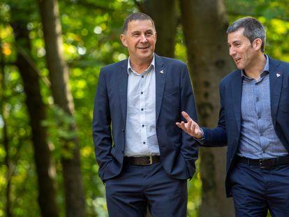 El coordinador general de EH Bildu, Arnaldo Otegi, a la izquierda, y el secretario general de Sortu, Arkaitz Rodríguez, este lunes en San Sebastián.