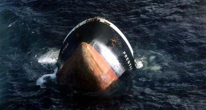 La proa del Prestige, el día del hundimiento del petrolero, el 19 de noviembre de 2002.