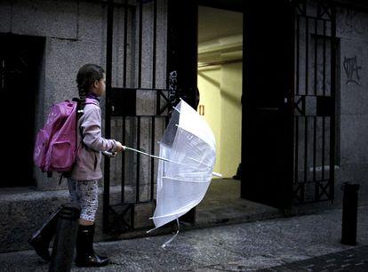 Una niña, a la entrada del colegio público Palacio Valdés de Madrid, en octubre de 2019.