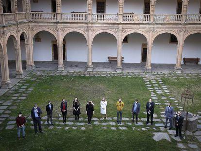 Los ochos jugadores, junto a organizadores y periodistas, en el claustro del Colegio Fonseca
