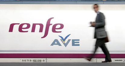 Un pasajero se dispone a subir a un AVE de Renfe.