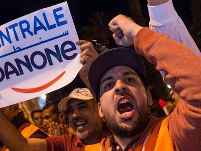 Empleados de la empresa Centrale Danone en una protesta frente al Parlamento marroquí en Rabat el pasado martes.