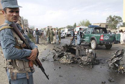 Varios policías afganos aseguran el área cercana al edificio gubernamental atacado por seis talibanes suicidas en la provincia de Parwan