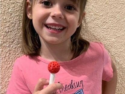 Laia sostiene una piruleta para diagnosticar celiaquía.