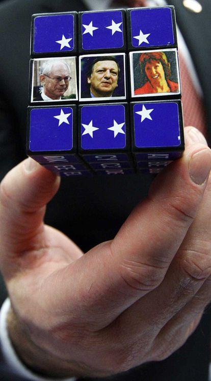 Un cubo de Rubick con las imágenes de Van Rompuy, Durão Barroso y Ashton.