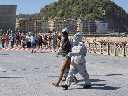 Detención de una mujer con covid por no respetar el aislamiento domiciliario en San Sebastián, en una imagen de archivo.