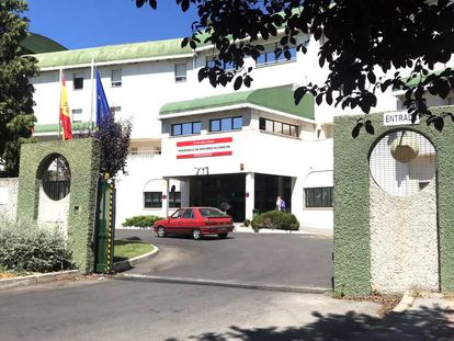 Entrada de la residencia de mayores de Alcorcón, ayer por la mañana.