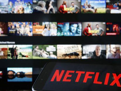 Netflix usa a menudo en su plataforma las mismas tácticas para atrapar a sus usuarios que las grandes redes sociales.