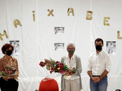 Maixabel Lasa (en el centro) y la cineasta Icíar Bollaín reciben sendos ramos de flores de los internos de la cárcel de Pamplona tras participar en un coloquio junto al consejero navarro de Justicia, Eduardo Santos.