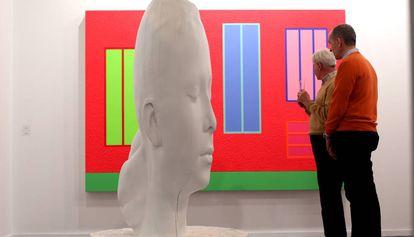 La escultura de Plensa y un cuadro de Peter Halley, de la galería Senda en ARCO.