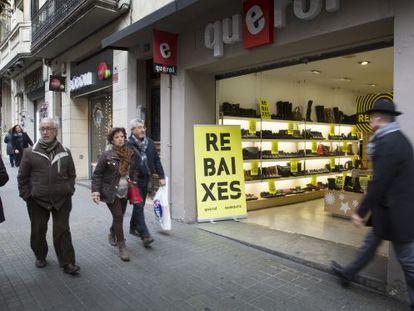 Una zapatería con el cartel de rebajas en la puerta, ayer en Gràcia.