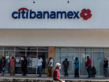 Usuarios hacen fila frente en una sucursal de Citibanamex en Puerto Vallarta, México.