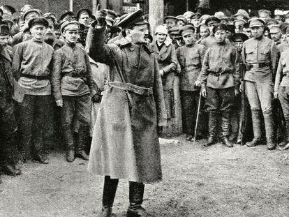 El líder de la revolución rusa Leon Trotski habla ante un grupo de soldados, en 1922.
