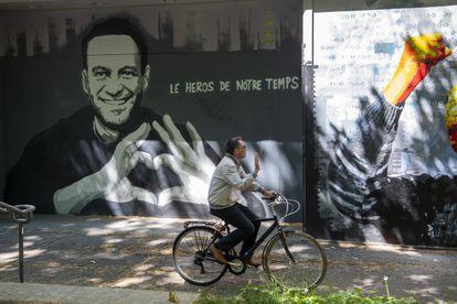 """Grafiti con el rostro de Navalni y el lema """"el héroe de nuestro tiempo"""",  en el centro de Ginebra el martes."""