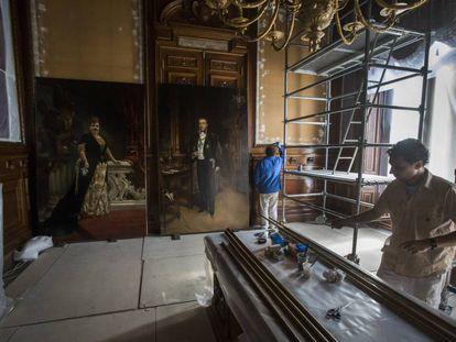 Los retratos de los marqueses de Linares, de Pradilla, el miércoles antes de colgarse en su lugar original.