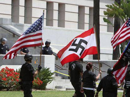 Miembros de la extrema derecha porta una bandera nazi en los disturbios de Charlottesville, Virginia, en septiembre de 2019.
