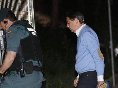 Ignacio González entra en el cuartel de la Guardia Civil de Tres Cantos para pasar la noche detenido.