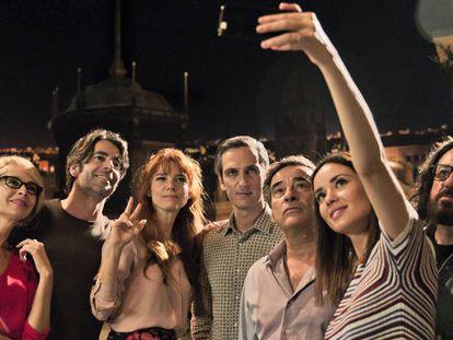 De izquierda a derecha, Belen Rueda, Eduardo Noriega, Juana Acosta, Ernesto Alterio, Eduard Fernández, Dafne Fernández y Pepón Nieto, en 'Perfectos desconocidos'.