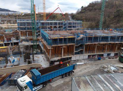 Obras de construcción de viviendas en Bilbao.