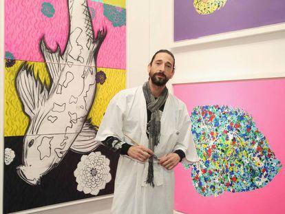 Adrien Brody posa en su exposición de arte.