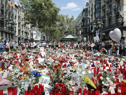 Ofrendas en La Rambla de Barcelona a las víctimas de los atentados de la capital catalana y Cambrils.