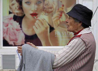 Una mujer vende camisetas en un mercadillo en Malveira.