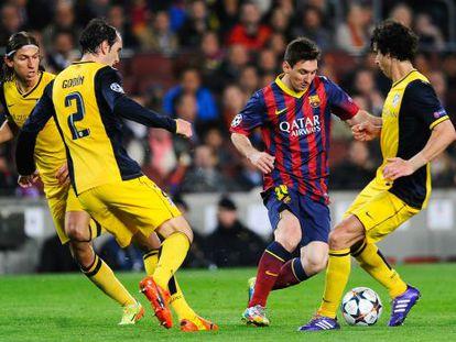 Messi intenta driblar a Godín y Tiago ante la mirada de Filipe, el pasado mes de abril.