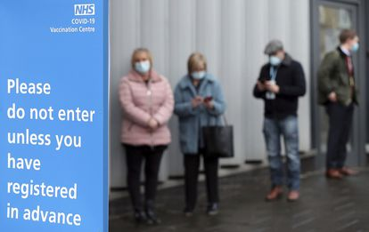 Cola frente a un centro de vacunación, el 11 de enero en Newcastle upon Tyne, en Inglaterra.