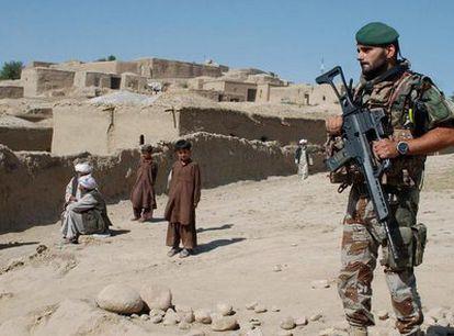 Un soldado español, durante una guardia rutinaria en la provincia afgana de Badghis en 2007.