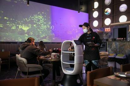 El restaurante de comida japonesa Kyoka, de Terrassa, utiliza robots para atender las mesas.