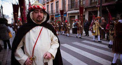 Uno de los participantes en el desfile de la Toma de Granada.