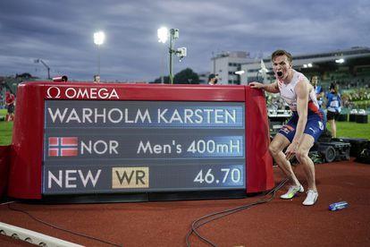 Karsten Warholm ante el cronómetro que marca su récord.