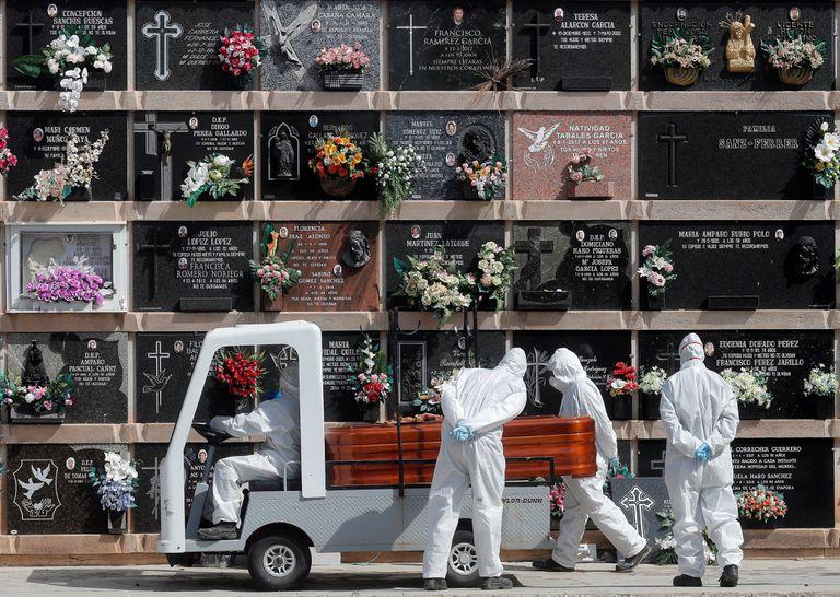 Personal del cementerio del Cabañal (Valencia) transporta un féretro durante un entierro el pasado 8 de abril.